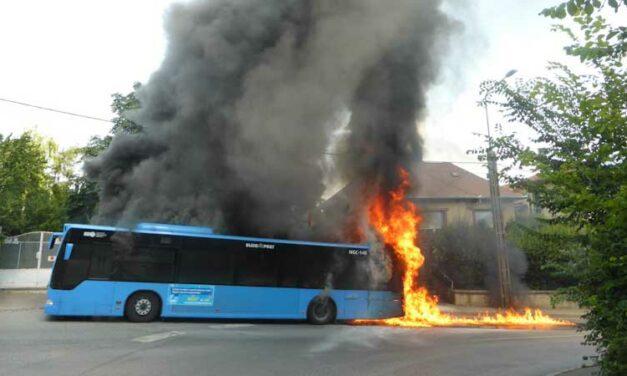 Óriási lángokkal égett egy BKK busz a városban