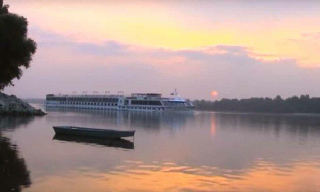 Kitépte a gyermeket az anyja kezéből a víz – Döbbenetes jelenséget okoznak a nagy utasszállító hajók a Dunán (Videó)
