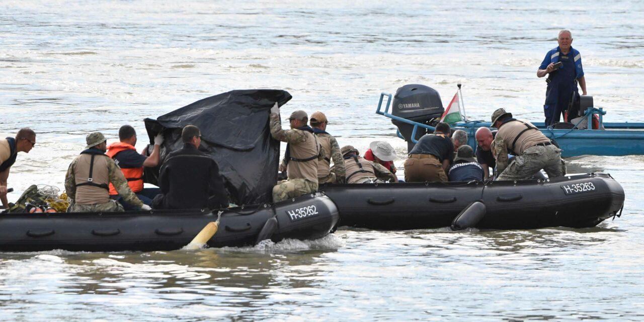 Katasztrófa a Dunán: Megerősítették, hogy felszínre hoztak egy holttestet