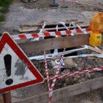 Beszakadt utca: Óriási, több méter mély lyuk tátong az aszfalt közepén