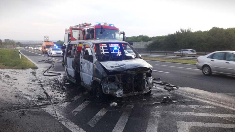Képek az M7-esen szénné égett és dugót okozó mikrobuszról