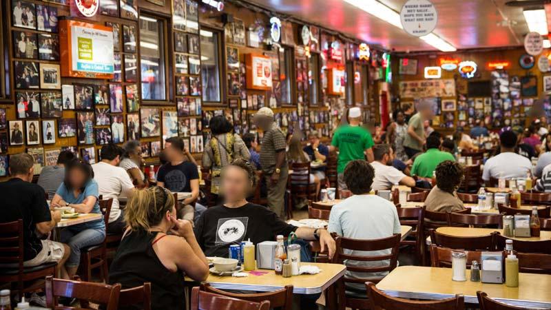 Elkábítottak és kifosztottak vendégeket egy fővárosi bárban