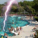 Döbbenetes: A csepeli strand medencéjébe csapott egy villám, többen életveszélyben vannak