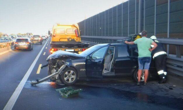 Csúnyán lerongyolódott egy Mercedes eleje az M0-áson, egy másik autó pedig kiégett