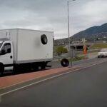 Így repült le egy teherautó kereke az ürömi körforgalomnál (VIDEÓ)