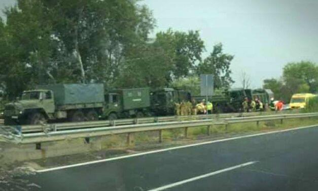 Egy katona is meghalt az M7-esen történt konvojbalesetben, 15 km-es a torlódás