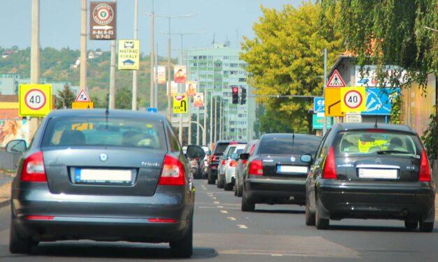 Tehergépkocsi és egy autó ütközött a Szentendrei úton, torlódás van