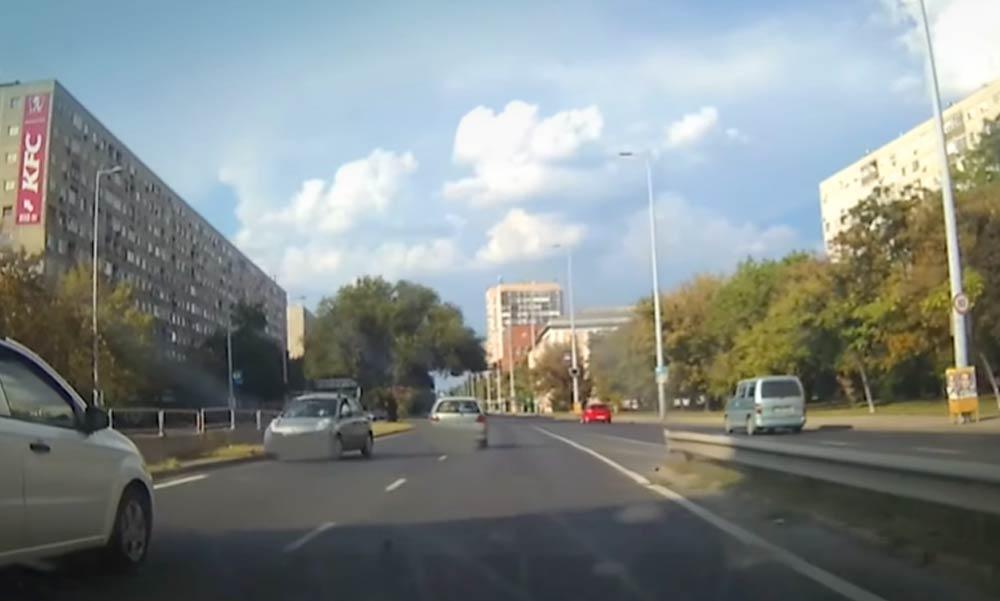 Megint egy idióta! Most az Árpád-hídra akart felhajtani szemből egy autós