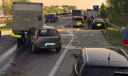 Rendőrök irányítják a forgalmat az M1-esen, Biatorbágynál teljesen bedugult az 1-es főút
