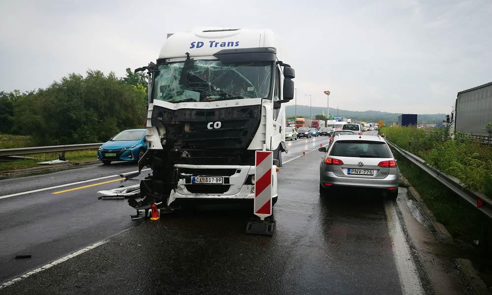 Friss! Két kamionbaleset is nehezíti a közlekedést az agglomerációban. Leállították a forgalmat