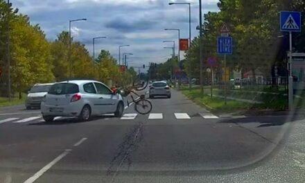 Csúnyán elütötte az autós a biciklist a zebrán – Tanulságos videó!
