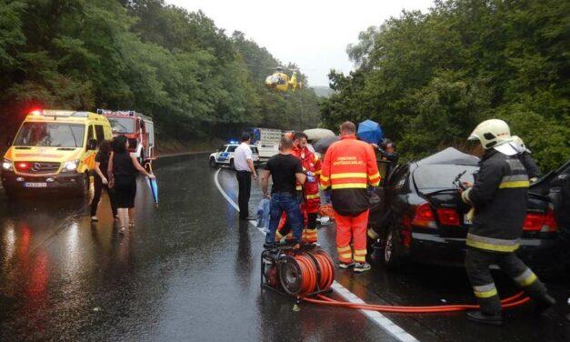 """""""Miattuk jobb ez a világ"""": A 2-esen történt súlyos balesetben többen a mentősöknek segítettek"""