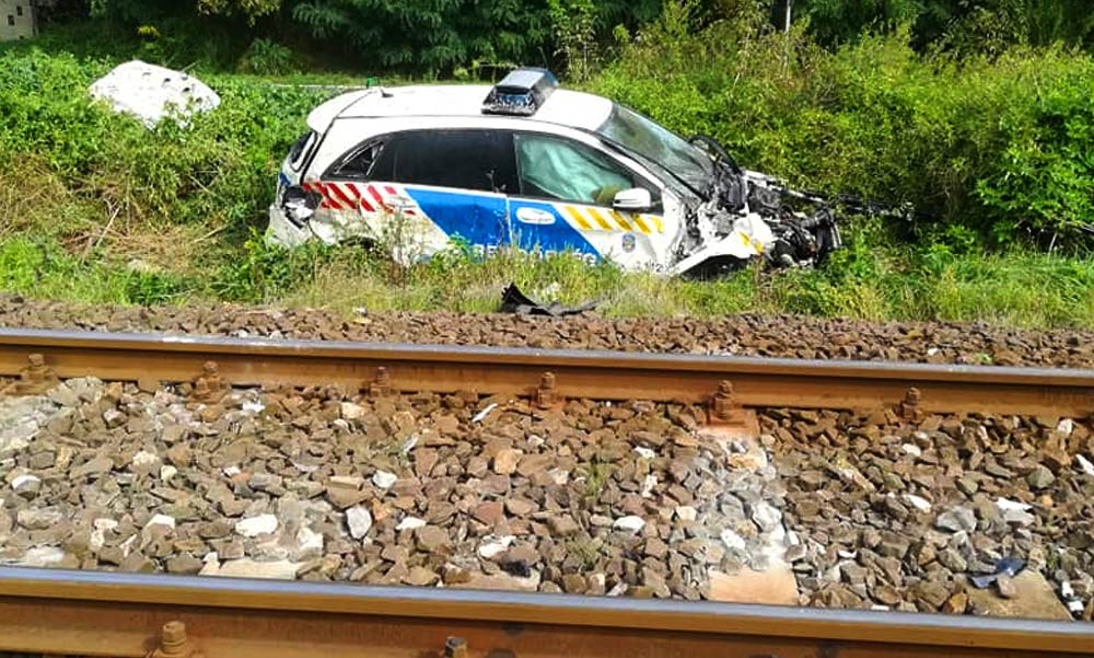 Rendőrautó vonattal ütközött, késések vannak a váci vonalon