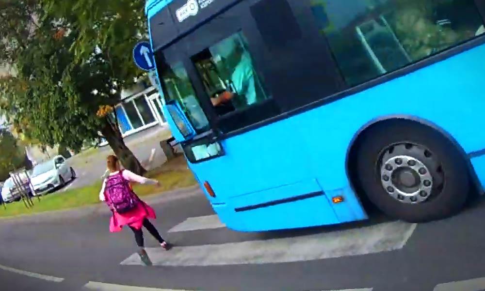 Durva videó! Majdnem elgázolt egy kislányt a BKV busz
