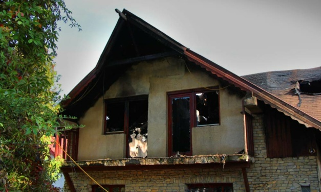 Földönfutó lett egy hétgyermekes család, miután leégett a házuk