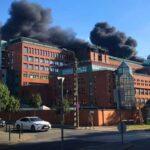 A tűzoltók nélkül, egyedült szállt szembe a füsttel és a lángokkal a darun ragadt munkás