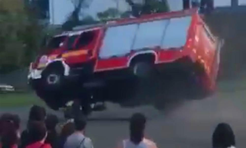 Felborult egy tűzoltóautó a diákoknak tartott bemutatón Vácon – Látványos videó!
