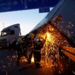 Flexel vágták le az M0-ásnál felborult kamiont – Nézd meg a látványos fotókat!