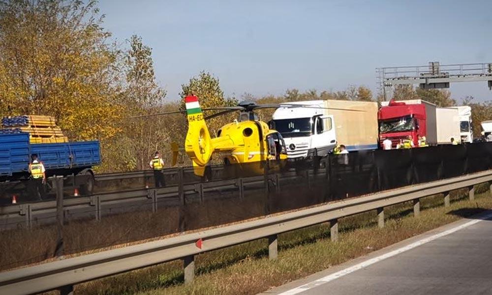 Mentőhelikopter az M0-áson, négy kamion karambolozott