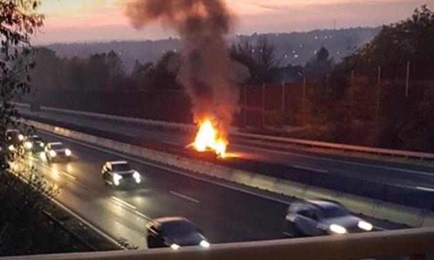 Kigyulladt egy autó az M3-ason, teljes a pályazár Gödöllőnél