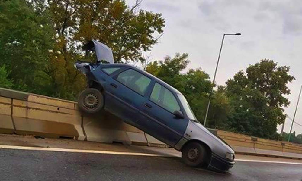 Fennakadt egy autó a betonelemen az M5-ösön