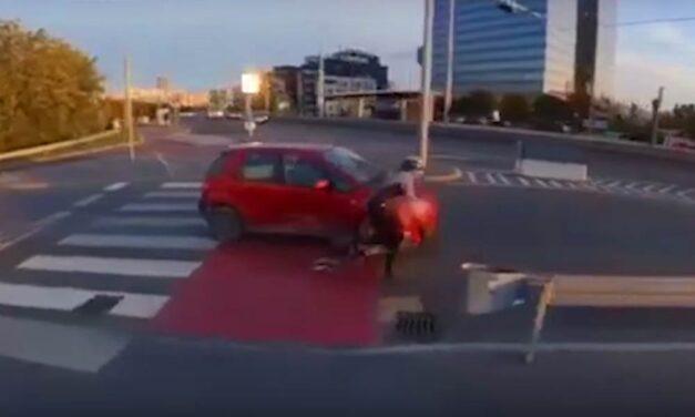 Egy idióta bringás nekicsapódott egy autónak, majd magából kikelve üvöltözött (videó)