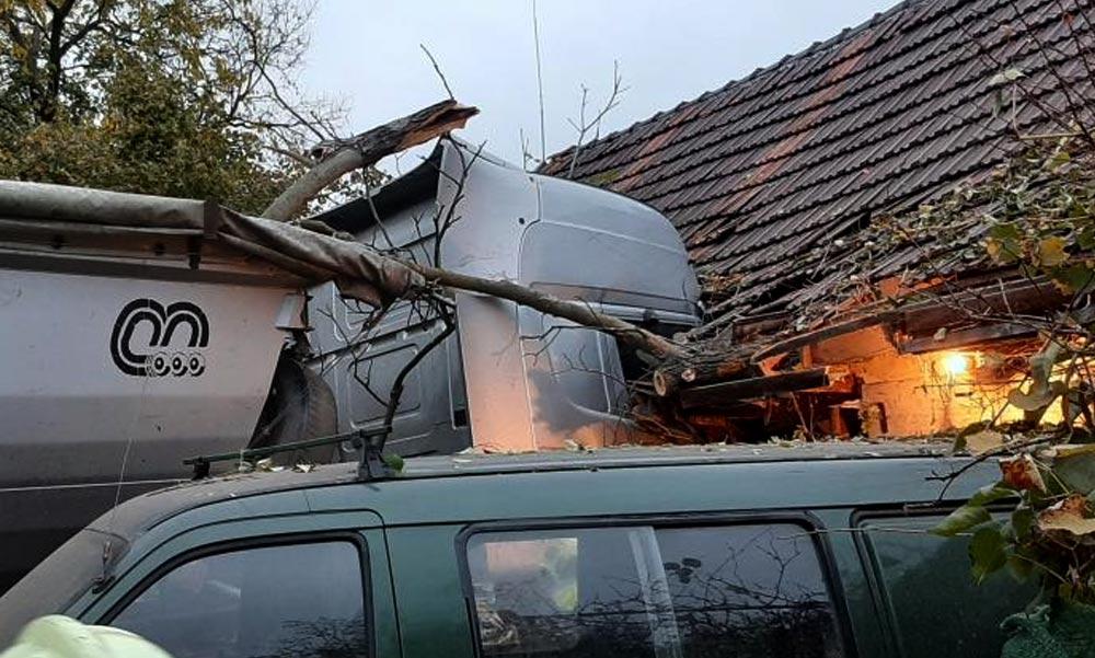 Házfalnak csapódott egy kamion, majdnem összeomlott a ház