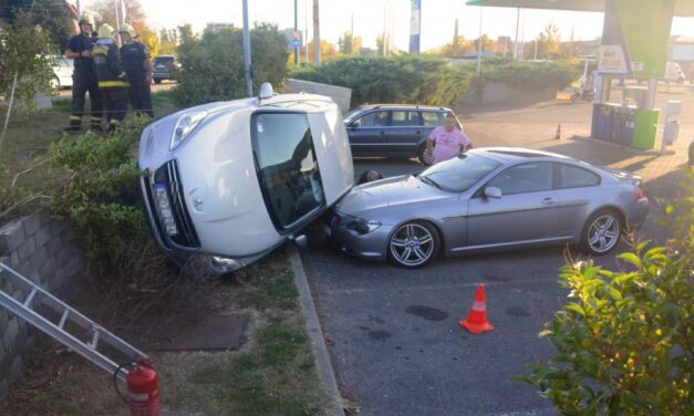 Parkoló BMW-re zuhant egy autó – Látványos fotók!