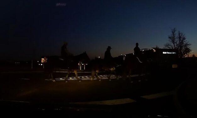 Kivilágítatlan lovasok bukkantak fel hirtelen a körforgalomban (Videó)