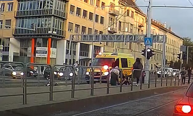 Videón, ahogy a rohammentő elgázolja az elé lépő gyalogost