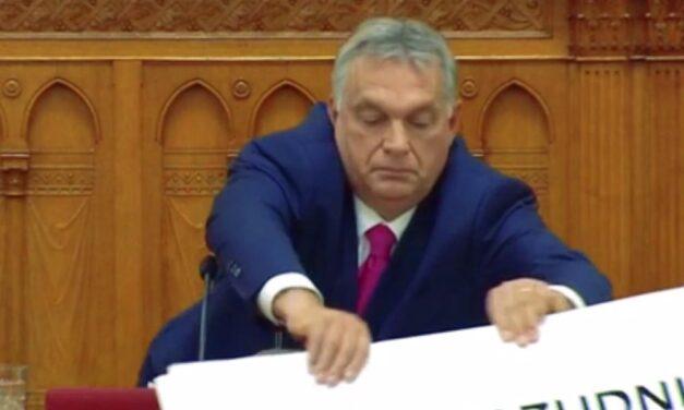 Botrány a parlamentben: Üvöltözés, táblamutogatás még a polgármesterek is szóba kerültek