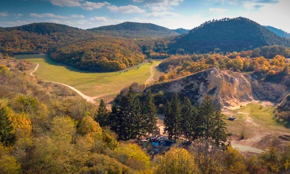 Álomvölgy beépítése: Megtámadták Budakeszi friss természetvédelmi rendeletét a dúsgazdag Forma-1-es Baumgartnerék