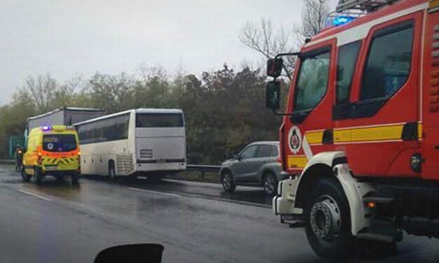 Árokba borult egy autó az M3-as autópályán, az eső miatt több helyen nagyon csúsznak az utak