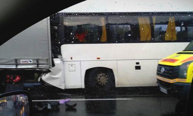 Kamionba rohant egy busz az M3-ason, óriási a dugó Gödöllőnél