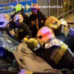 Videón a Praktikerbe csapódott autós mentése