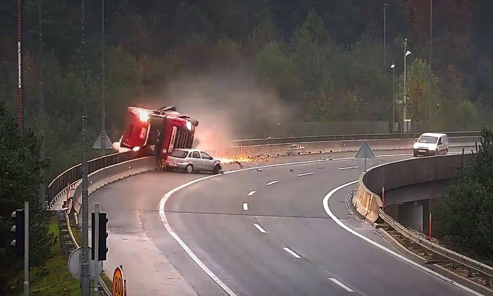 """Videón, ahogy a magyar kamionost a szakadékba taszítja egy Opel a """"szlovén M0-áson"""""""
