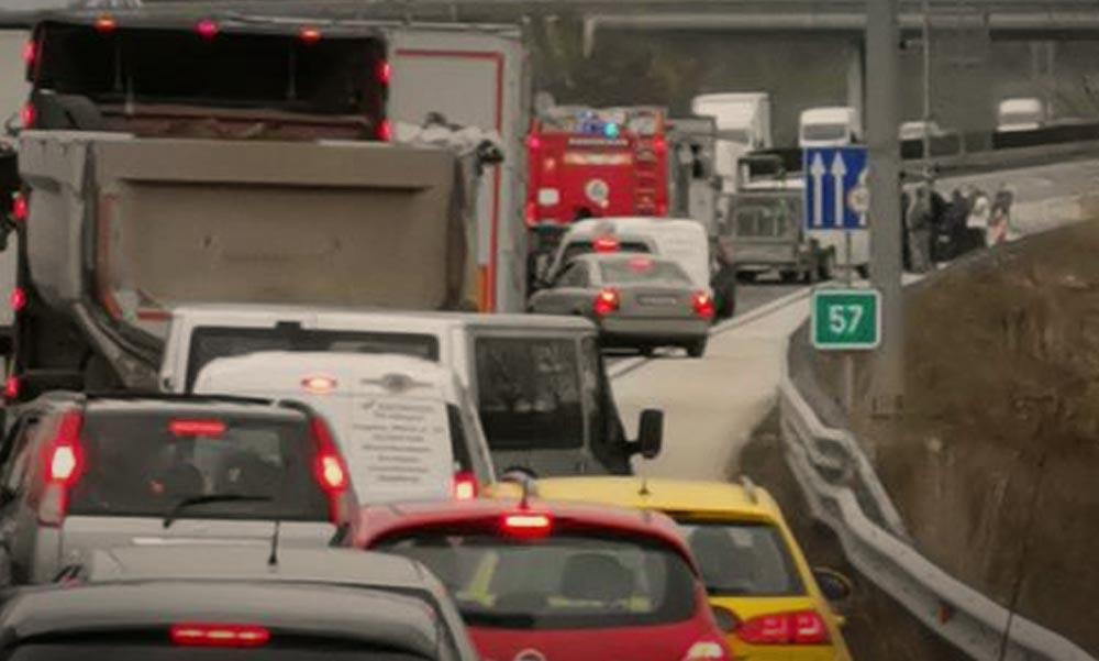 Tömegbaleset az M0-áson, lángoló autó Budán – szinte lehetetlen a péntek délutáni közlekedés
