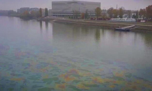 Nagy olajfoltot videóztak le a Dunán Budapestnél