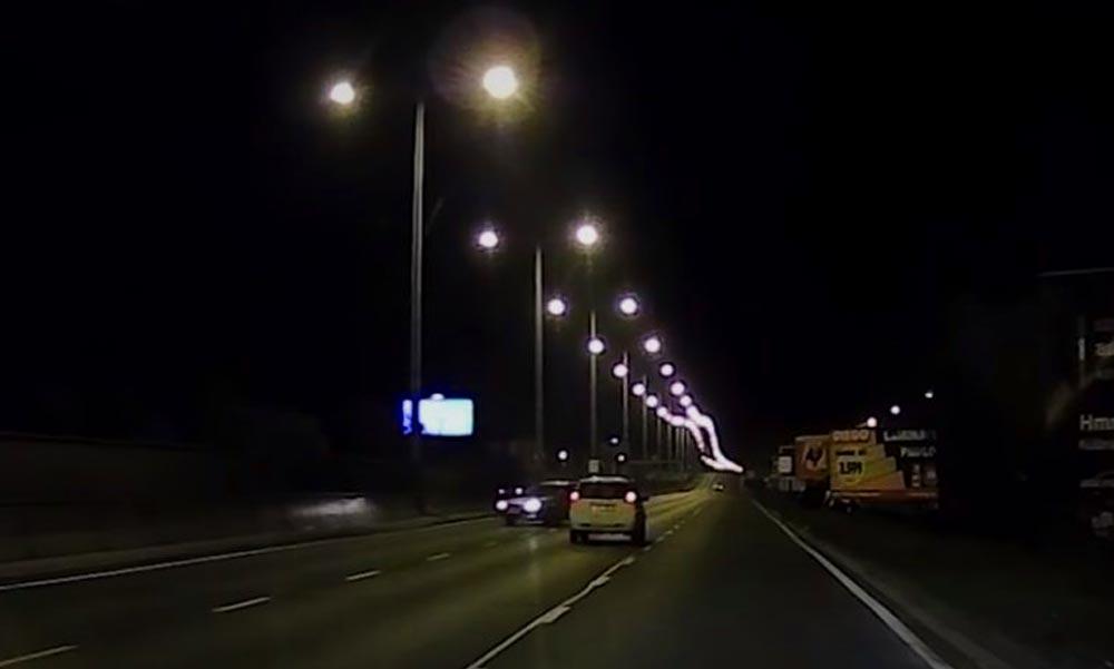 Egy idióta megfordult az M3 kivezetőn és a forgalommal szembe ment tovább (Videó)