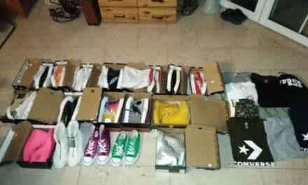 Rengeteg cipőt és ruhát lopott munkahelyéről az eladó
