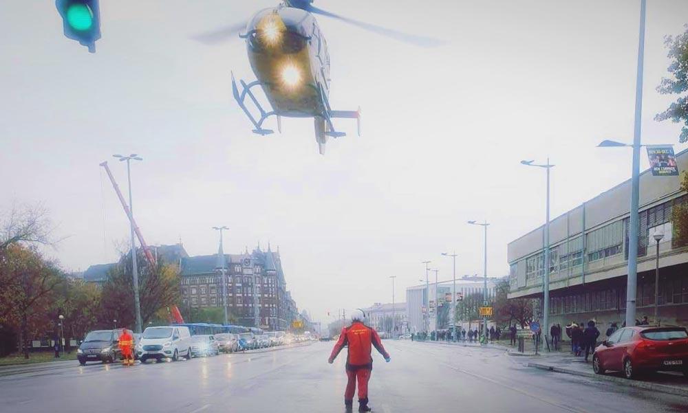 Mentőhelikopter szállt le az Üllői útra, egy kisgyermek élete a tét