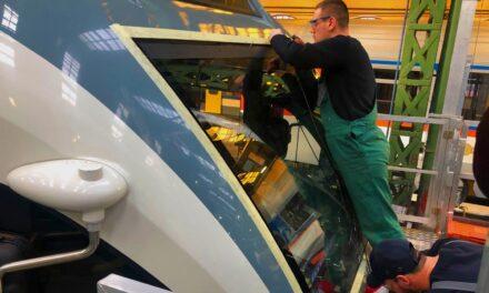 Egy idióta fűnyírót tett a sínre, ami összetörte a vonatot Dunakeszinél