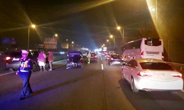 Tömegkarambol: 12 autó ment egymásba az M1-M7 kivezetőn