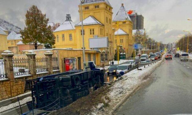 Egy felborult autószállító torlaszolja el a Budaörsi utat, nem lehet kijutni a városból