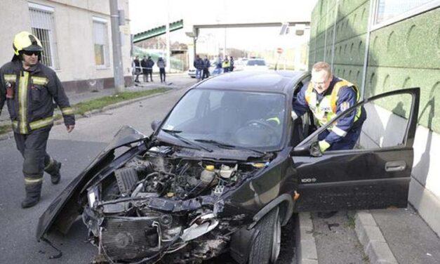Házfalnak csapódott egy autós, a sofőr életveszélyesen megsérült