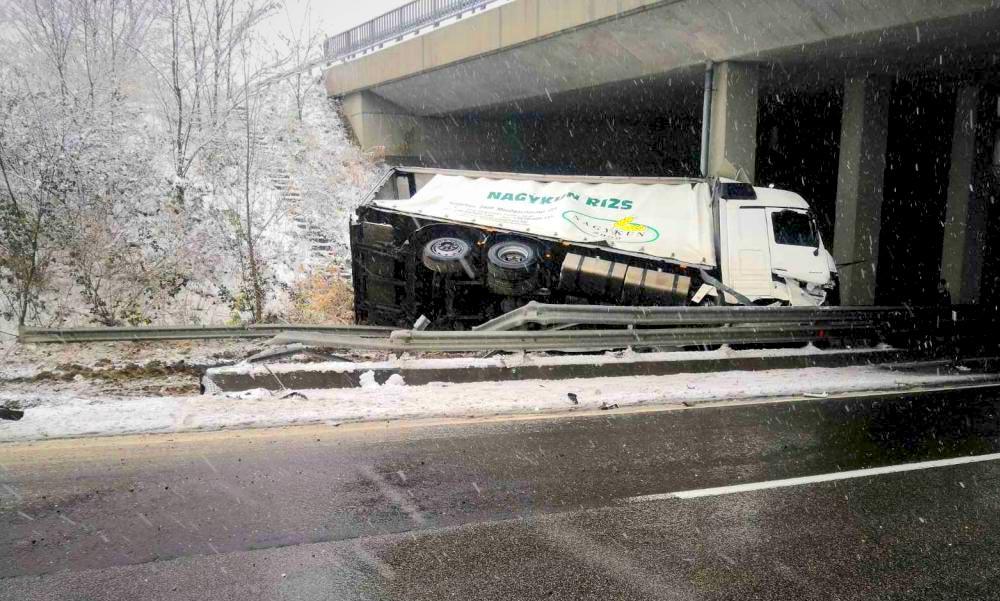 Elrettentő baleseti fotók: Sok bajt okozott a hó az agglomerációban