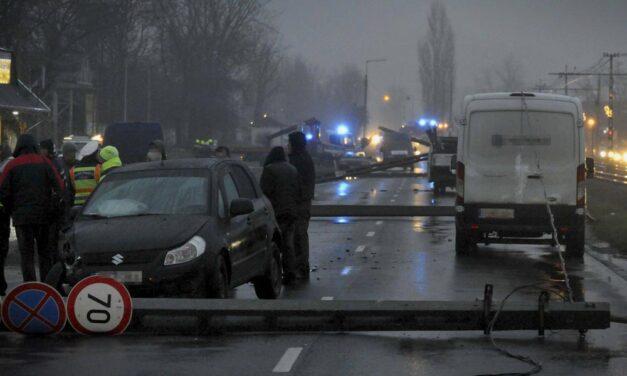 Dominóként dőltek ki a villanyoszlopok egy baleset miatt