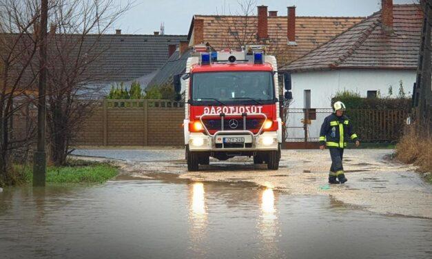 Karácsonyi belvízvédelmi készültség: Udvarokat öntött el a belvíz Érden