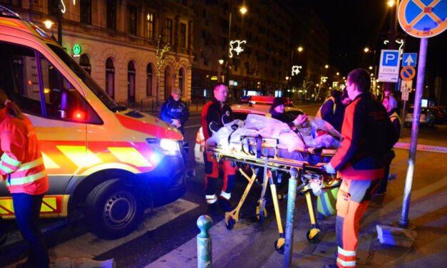 Kitört az erkélykorlát, ketten az utcára zuhantak