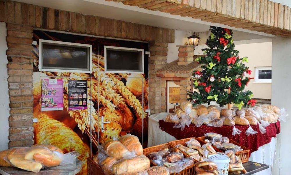 Jótékony pékség az agglomerációban: karácsonykor ingyenes, friss kenyeret kínáltak a rászorulóknak